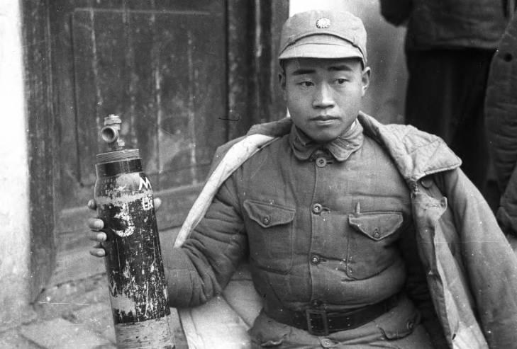 ทหารจีนถือกระป๋องแก๊สมัสตาร์ด